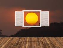 Sun no crepúsculo atrás da janela de abertura Fotografia de Stock