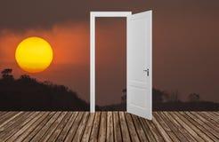 Sun no crepúsculo atrás da porta de abertura, 3D Fotos de Stock Royalty Free