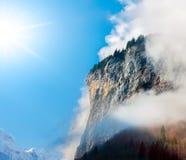 Sun, nuvole e nebbia nelle alpi di Bernese. Fotografie Stock