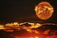 The Sun och solnedgånghimlen Arkivbilder