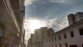 The Sun och staden royaltyfria bilder