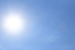 Sun på den blåa skyen royaltyfri fotografi