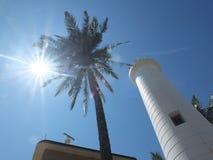 Sun, palma y faro imagen de archivo libre de regalías