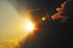 Sun par des nuages Image libre de droits