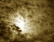 Sun par des nuages Photo libre de droits