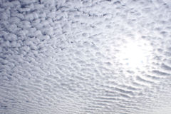 Sun par le ciel nuageux photographie stock libre de droits