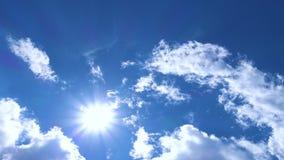 Sun par les nuages banque de vidéos