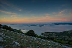 Sun pasa abajo las islas croatas Imagen de archivo libre de regalías