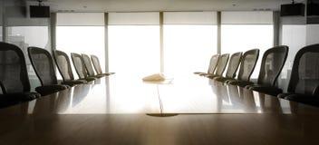 Sun pendant le matin avec la pièce de conférence d'affaires Images libres de droits