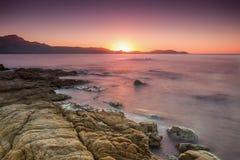 Sun plaçant au-dessus de Calvi en Corse Photographie stock libre de droits