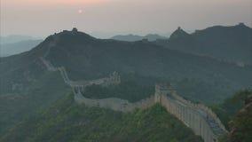 Sun plaçant au-dessus de la Grande Muraille de la Chine chez Jinshanling banque de vidéos