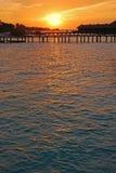 Sun plaçant au-dessus de la villa d'overwater Photo stock
