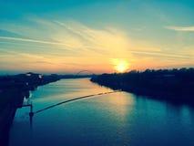 Sun plaçant au-dessus des pièces en t de rivière Images libres de droits