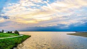 Sun plaçant au-dessus du port de Harderwijk aux Pays-Bas image libre de droits