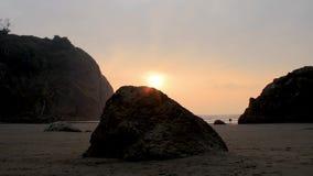 Sun plaçant sur une plage clips vidéos