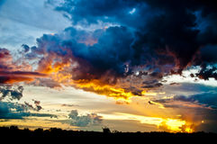Sun plaçant au-dessus du champ Photos stock