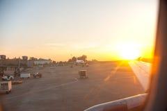 Sun a placé à l'aéroport avec le saumon rouge Photos libres de droits