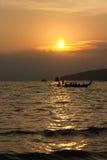 Sun a placé à la mer d'Andaman en Thaïlande du sud Photos stock