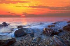 Sun a placé à la plage de mer de roche Images stock