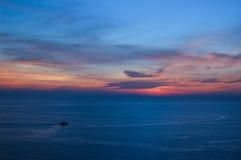 Sun a placé à Phuket dans le temps crépusculaire, Thaïlande Image libre de droits