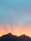 Sun a placé derrière les crêtes de montagne dans les Alpes de la Suisse Image libre de droits