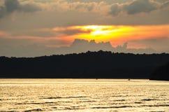 Sun a placé par la mer Images libres de droits