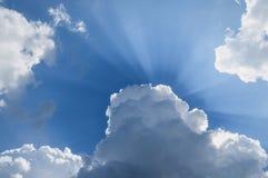 Sun promienie przez chmur niebieskie niebo z słońce promieniami Zdjęcia Royalty Free
