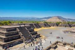 Sun-Pyramide in der alten Mayastadt Teotihuacan Mexiko, wenn viele kleinen Pyramiden, von der Mond-Pyramide gesehen sind Stockbilder