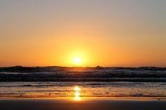 Sun que afunda-se nas ondas azuis Fotografia de Stock Royalty Free