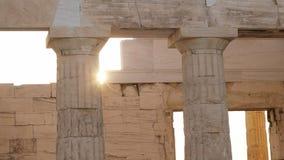Sun que ajusta-se atrás do propylaea em Atenas, greece vídeos de arquivo
