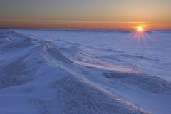 Sun que ajusta-se sobre o Lago Huron congelado imagens de stock royalty free
