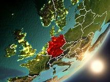 Sun que aumenta acima de Alemanha do espaço Imagens de Stock