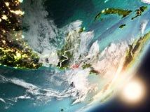 Sun que aumenta acima de El Salvador do espaço Fotografia de Stock Royalty Free