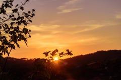 Sun que aumenta atrás da montanha fotos de stock