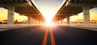Sun que aumenta atrás da perspectiva na construção da ram da ponte e no asp Imagens de Stock Royalty Free