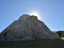 Sun que aumenta atrás da pirâmide de Adivino Imagens de Stock