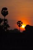 Sun que aumenta atrás das ruínas do retrato de Angkor Wat Fotos de Stock Royalty Free