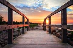 Sun que aumenta na praia na ponte Imagens de Stock