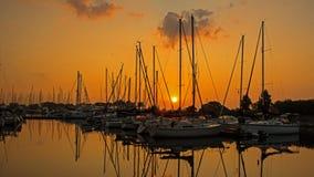 Sun que aumenta sobre o yacht club foto de stock royalty free