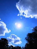Sun que brilha através das nuvens Foto de Stock Royalty Free
