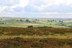 Sun que brilha através das nuvens nos campos, North Yorkshire Fotos de Stock