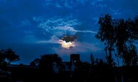 Sun que brilha atrav?s das nuvens escuras fotos de stock