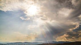 Sun que brilha brilhantemente através das nuvens no céu celestial, bênção do deus, timelapse vídeos de arquivo