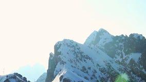 Sun que brilha brilhantemente nas montanhas nevado, geleira sobre cumes vídeos de arquivo