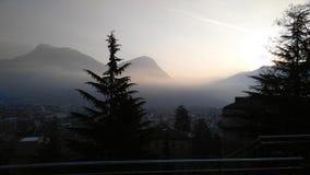 Sun que brilha em montanhas e em árvore Imagem de Stock Royalty Free