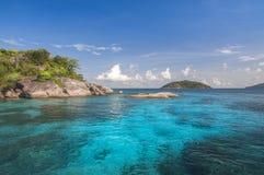 Sun que brilha no mar e no céu azuis Fotografia de Stock