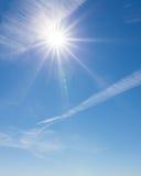 Sun que brilha o céu azul Fotos de Stock Royalty Free