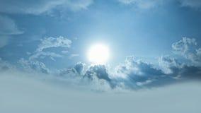The Sun que brilla de detrás las nubes/que brillan intensamente irradia