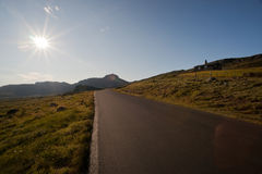 Sun que brilla en el camino a través de la meseta Valdresflye de la montaña Fotos de archivo