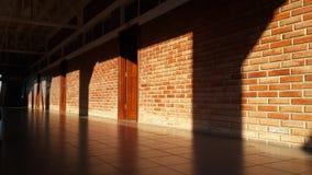 Sun que brilla en una pared de ladrillo Imagenes de archivo